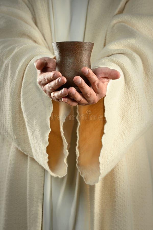 Jesus räcker innehav kuper arkivfoton