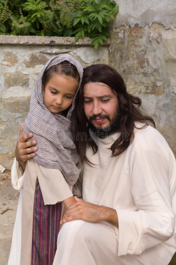 Jesus som lite tröstar flickan arkivfoton