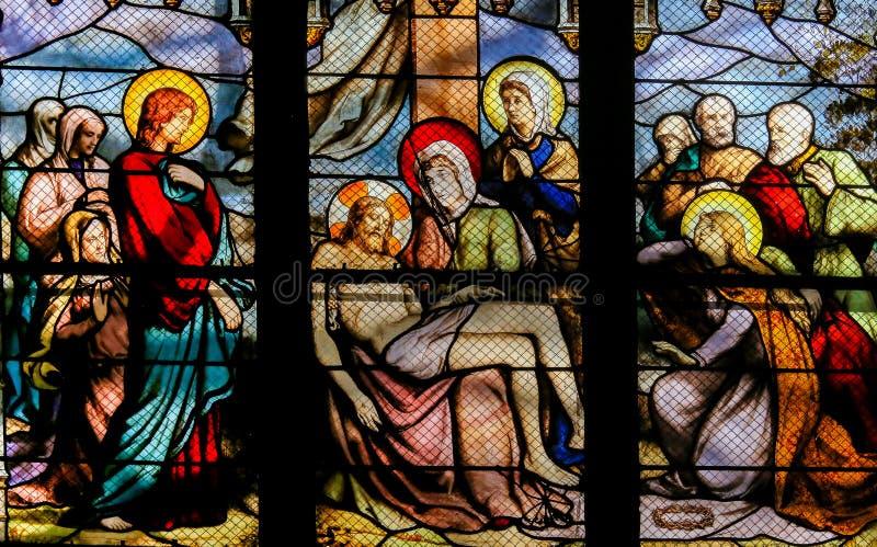 Jesus som tas från korset - målat glass i mer quartier latin, Paris arkivbild