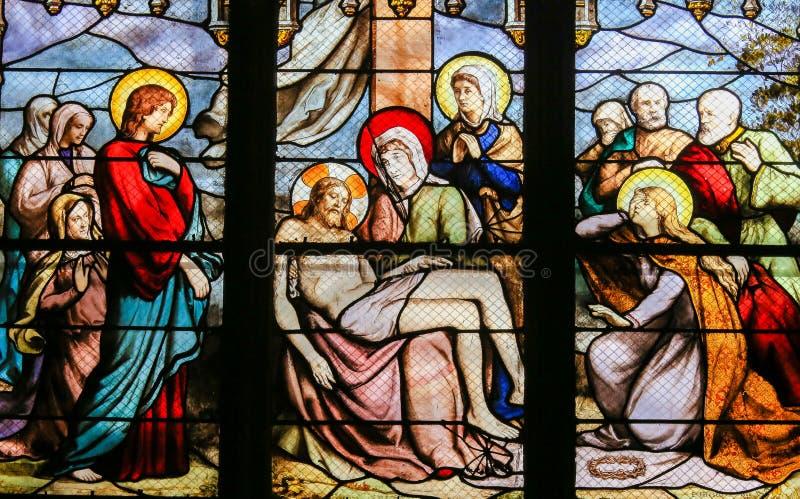 Jesus som tas från korset - målat glass i mer quartier latin, Paris fotografering för bildbyråer