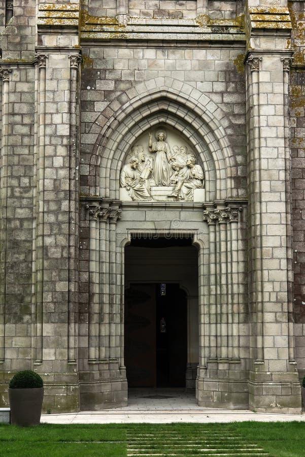 Jesus som vishet bland forskare, basrelief ovanför dörrkapellet arkivfoto