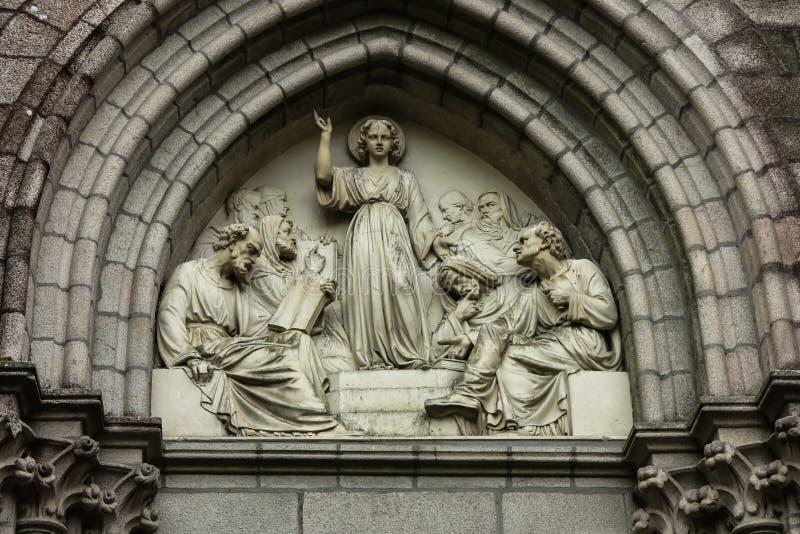Jesus som vishet bland forskare, basrelief ovanför dörrkapellet royaltyfri foto