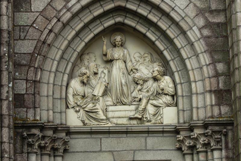 Jesus som vishet bland forskare, basrelief ovanför dörrkapellet arkivbild