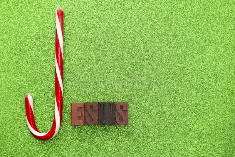 Jesus Spelled con un bastón de caramelo y las letras de molde imagenes de archivo