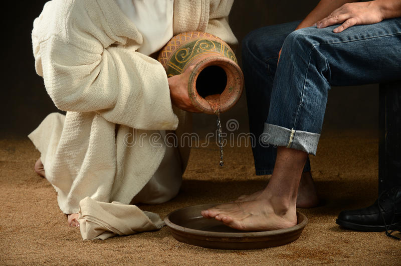 Jesus Washing Feet do homem moderno foto de stock royalty free