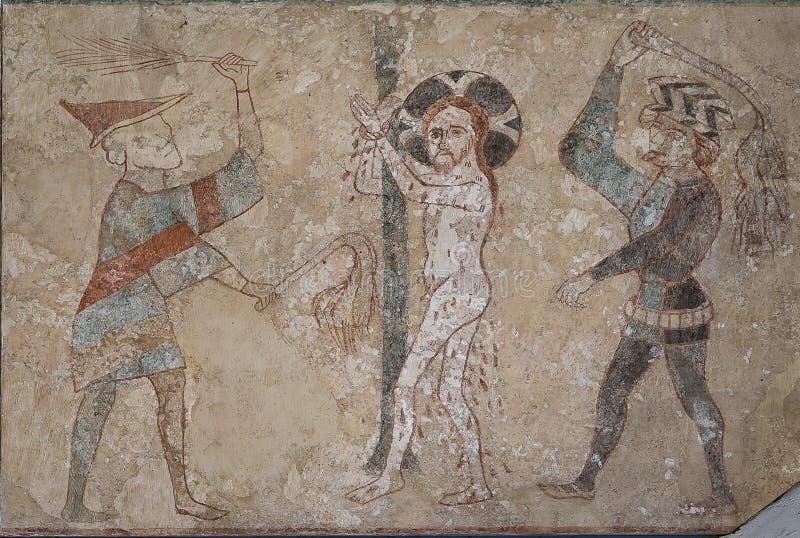 Jesus wird von zwei Peinigern gepeitscht und schlägt ihn mit ihren scourages lizenzfreie stockbilder