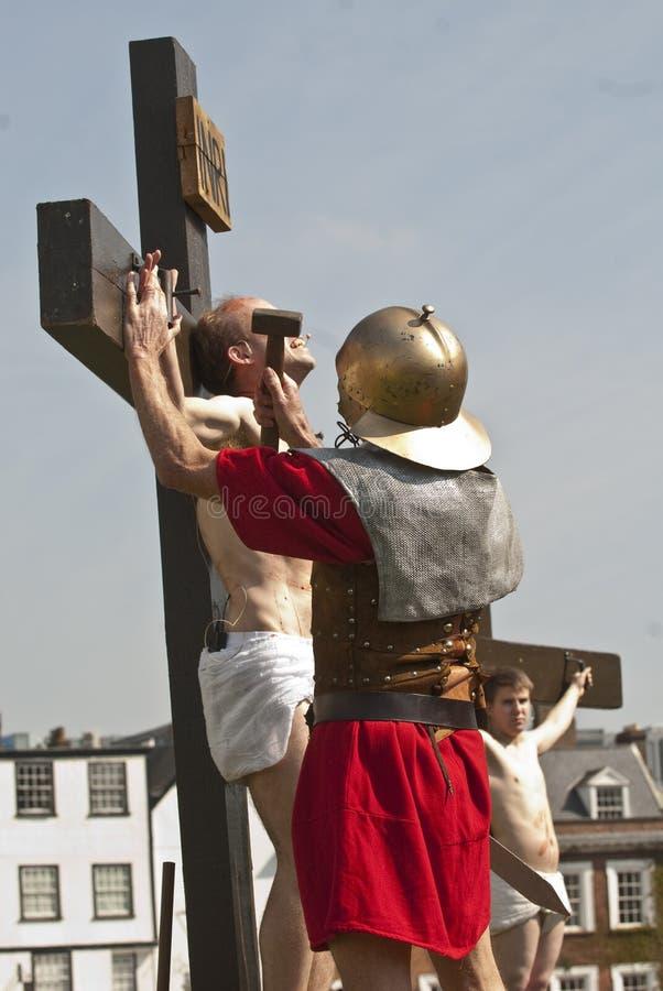 Jesuss Hände werden auf das Kreuz genagelt stockbilder