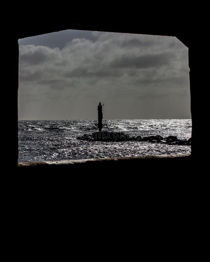 Jetée à l'entrée de port de Ramsgate encadrée par une fenêtre photos libres de droits