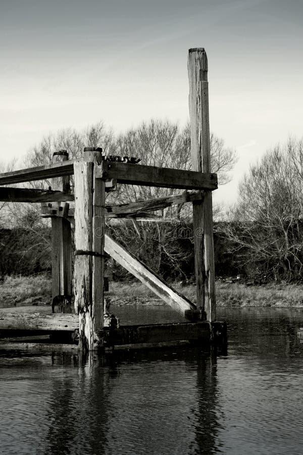 Jetée abandonnée en rivière images libres de droits