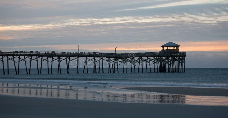 Jetée atlantique de plage sur la côte de la Caroline du Nord au coucher du soleil images libres de droits
