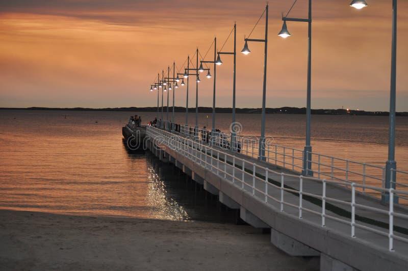 Jetée avec des lumières à l'Australie occidentale de Perth Rockingham de coucher du soleil photos stock