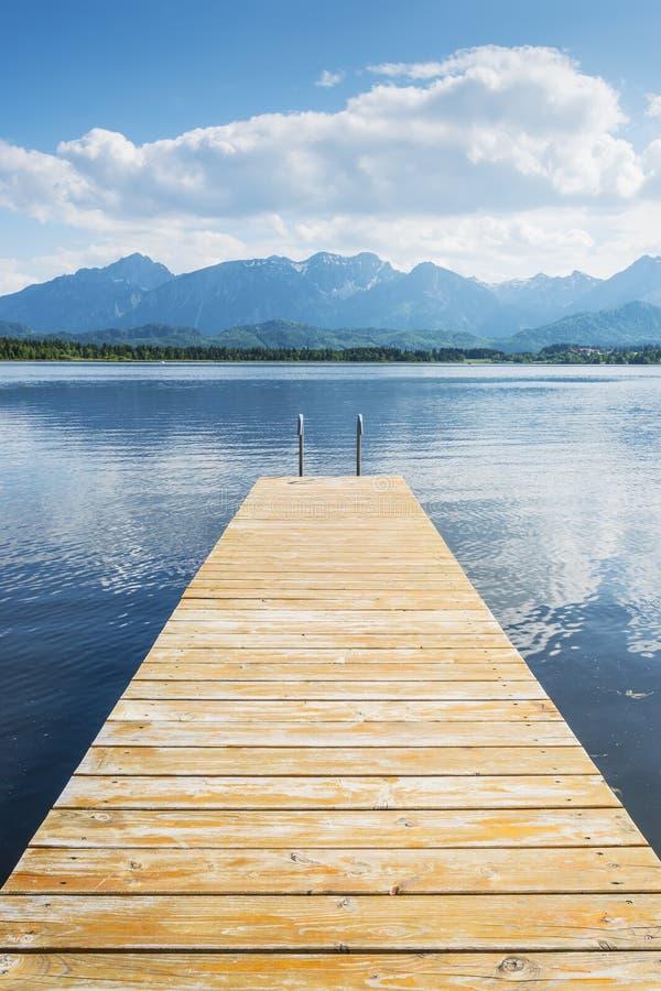 Jetée avec le lac et les alpes image libre de droits