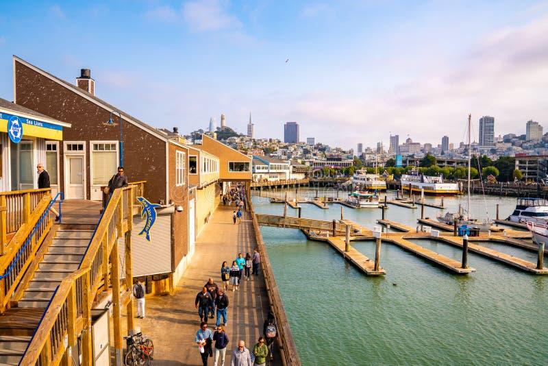 Jetée célèbre 39 avec des otaries à San Francisco, Etats-Unis Vue d'île d'Alcatraz images stock