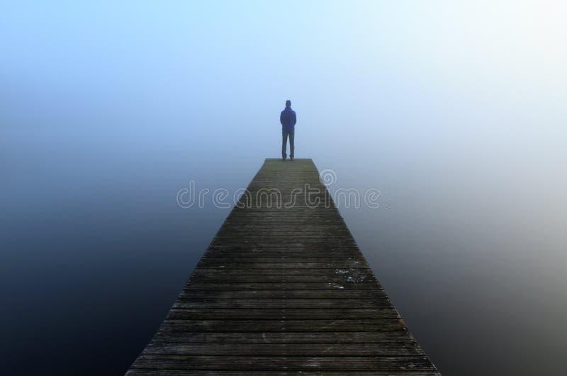 Jetée dans le brouillard photo stock