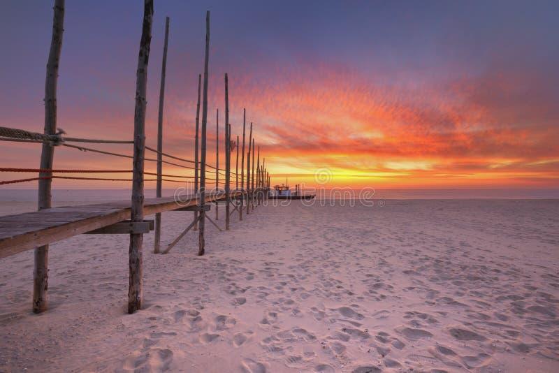 Jetée de bord de la mer au lever de soleil sur l'île de Texel, Pays-Bas image libre de droits