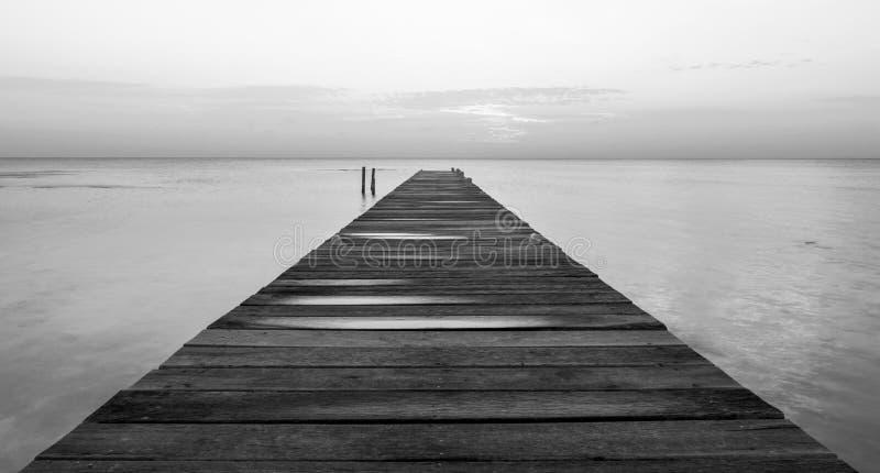 Jetée en bois à Dawn Black et au blanc photographie stock libre de droits