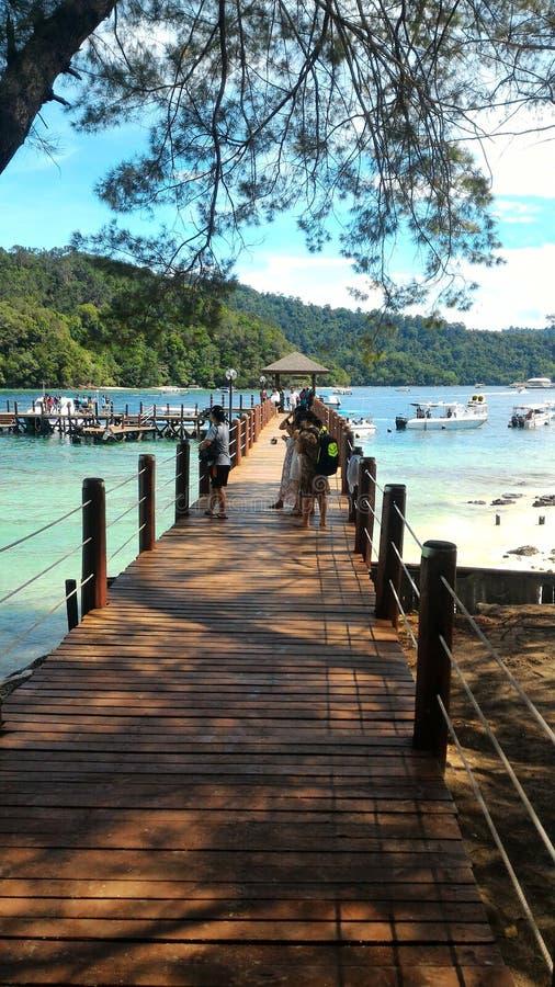 Jetée en bois à l'île Sabah Borneo Malaysia de Sapi photographie stock libre de droits