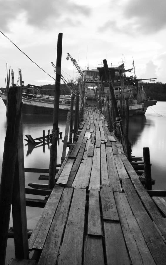 Jetée en bois dans le dock de bateau sur la photographie noire et blanche image libre de droits