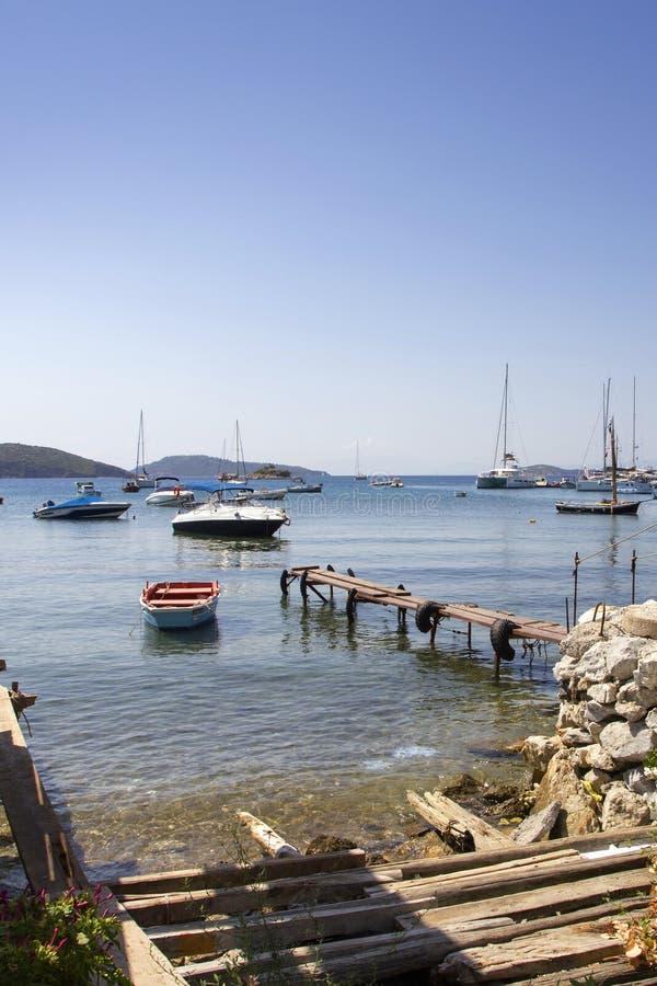 Jetée en bois dans le vieux port de Skiathos, ville de Skiathos, Grèce, le 18 août 2017 images stock