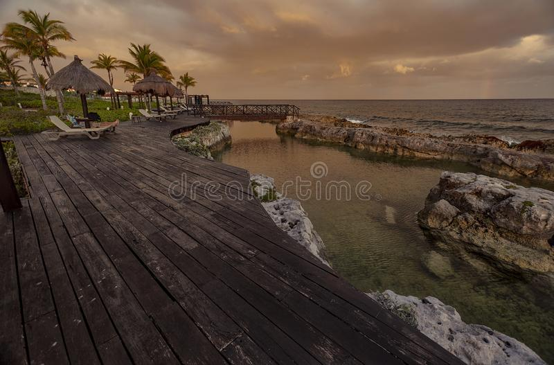 Jetée en bois donnant sur la mer au crépuscule photo stock