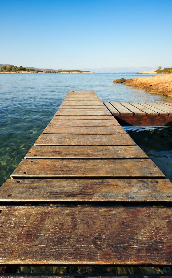 Jetée en bois en Grèce avançant à la mer images libres de droits