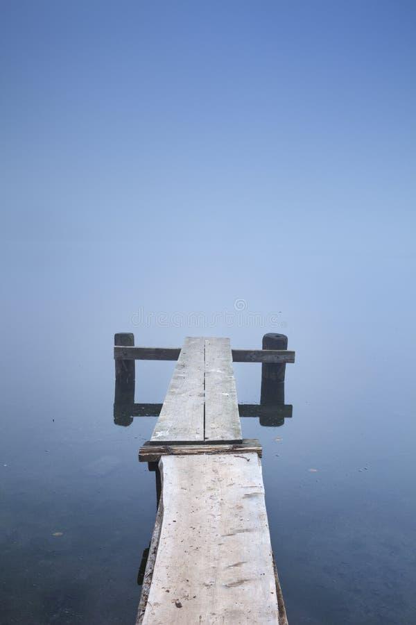 Jetée sur le lac Bohinj en Slovénie un matin brumeux photographie stock