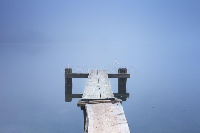 Jetée sur le lac Bohinj en Slovénie un matin brumeux photos stock