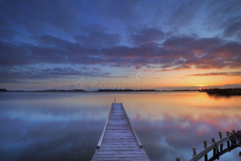 Jetée sur un lac au lever de soleil, près d'Amsterdam les Pays-Bas images stock