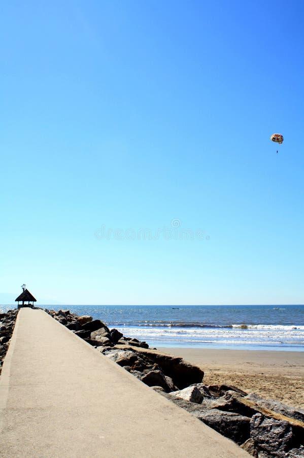 Jetée vide dans un port paisible de mer de ciel bleu photographie stock