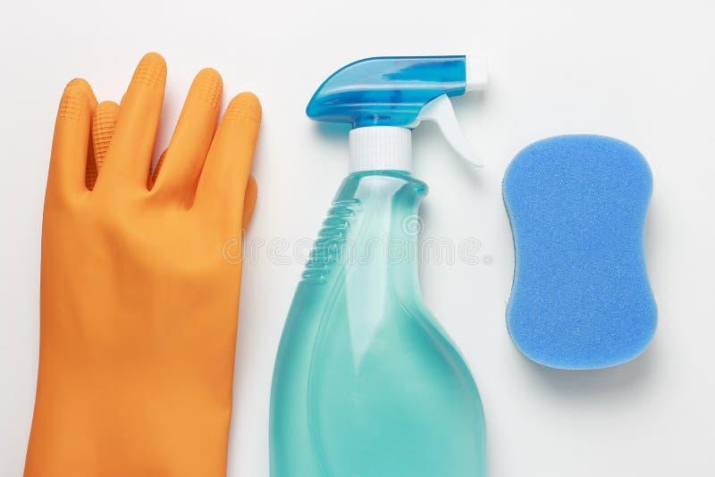 Jet, éponge et gants de fenêtre sur la vue supérieure de fond blanc, concept de grand nettoyage image stock