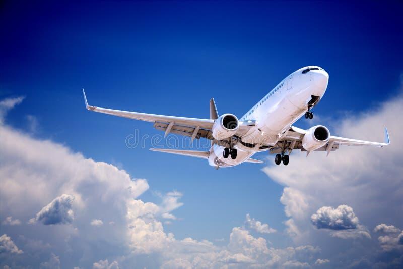 Jet Aeroplane Landing Through Gap im stürmischen Himmel stockfotos