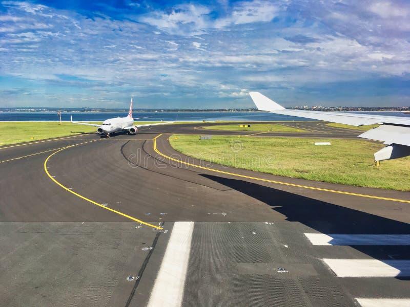 Jet Aircraft Taxion on Runway na lotnisku Perth w Australii zdjęcia stock