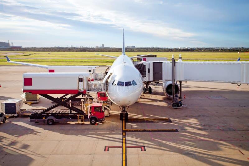 Jet Airplane parkte am Flughafen, der Fracht und Passagiere nimmt lizenzfreie stockfotos