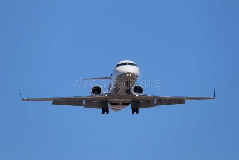 Jet Approaching incorporada para aterrar fotos de stock