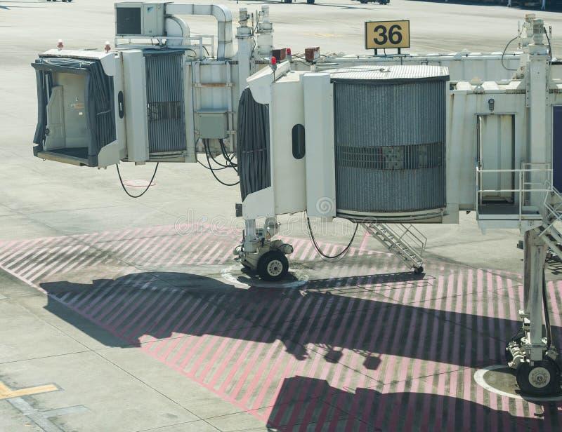 Jet-Brückenflugsteig 36 am internationalen Flughafen lizenzfreie stockbilder