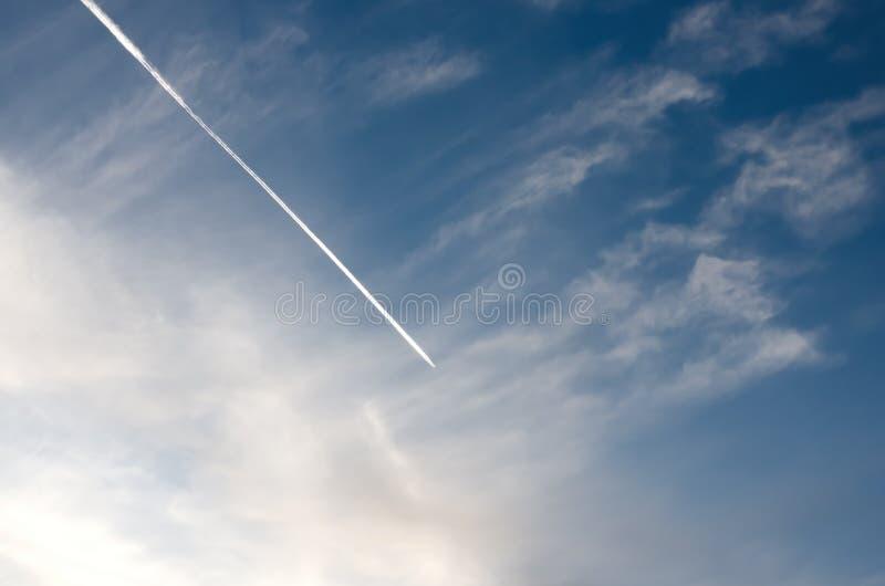 Jet con el rastro en el cielo imágenes de archivo libres de regalías