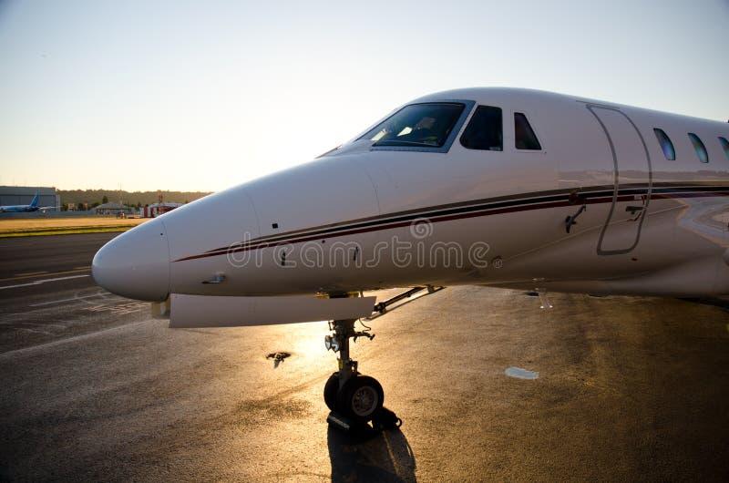 Jet corporativo en la oscuridad fotografía de archivo