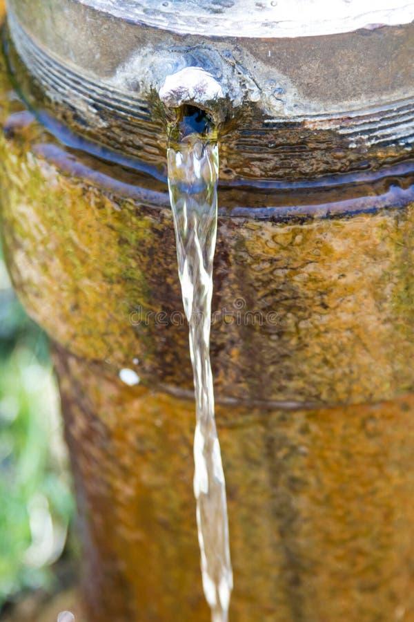 Jet d'eau d'un trou dans un tuyau photo stock