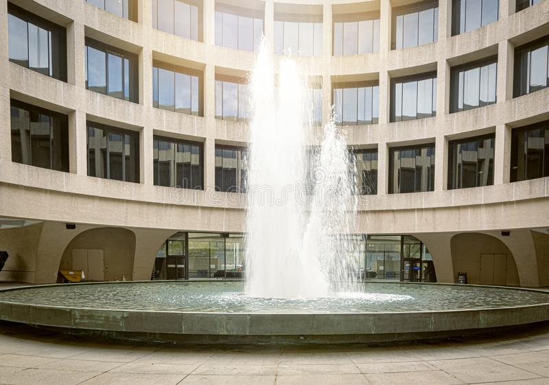 Jet d'eau de la fontaine à l'intérieur de la cour du musée de Hirshhorn à Washington D C photographie stock