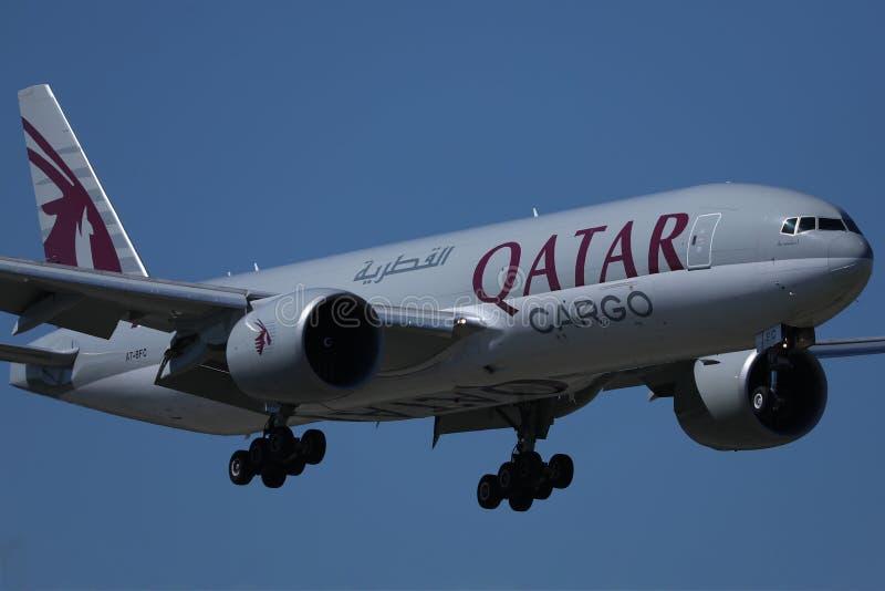 Jet de cargaison de Qatar Airways dans le ciel photos stock