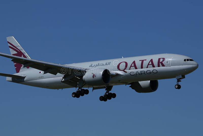 Jet de cargaison de Qatar Airways dans le ciel photographie stock libre de droits