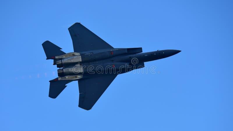 Jet de figher de RSAF F-15SG exécutant des acrobaties aériennes à Singapour Airshow photo libre de droits