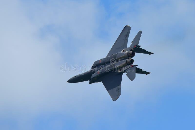 Jet de figher de RSAF F-15SG exécutant des acrobaties aériennes à Singapour Airshow image libre de droits
