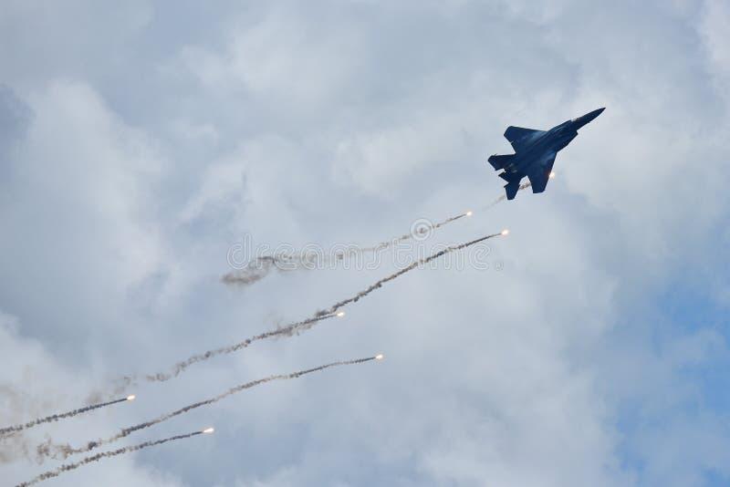 Jet de figher de RSAF F-15SG exécutant des acrobaties aériennes à Singapour Airshow image stock