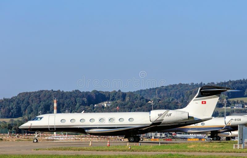 Jet de Gulfstream G650 en el aeropuerto de Zurich fotografía de archivo libre de regalías
