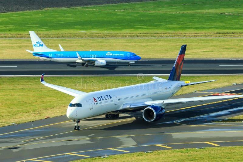 Jet de KLM et jet de Delta Airlines photographie stock libre de droits