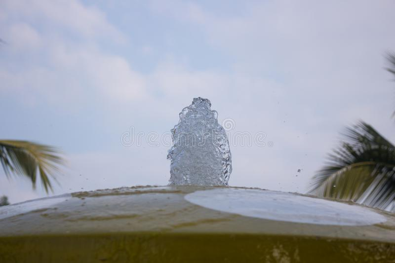 Jet de l'eau se levant dans une fontaine de ville au plan rapproché de parc photographie stock libre de droits
