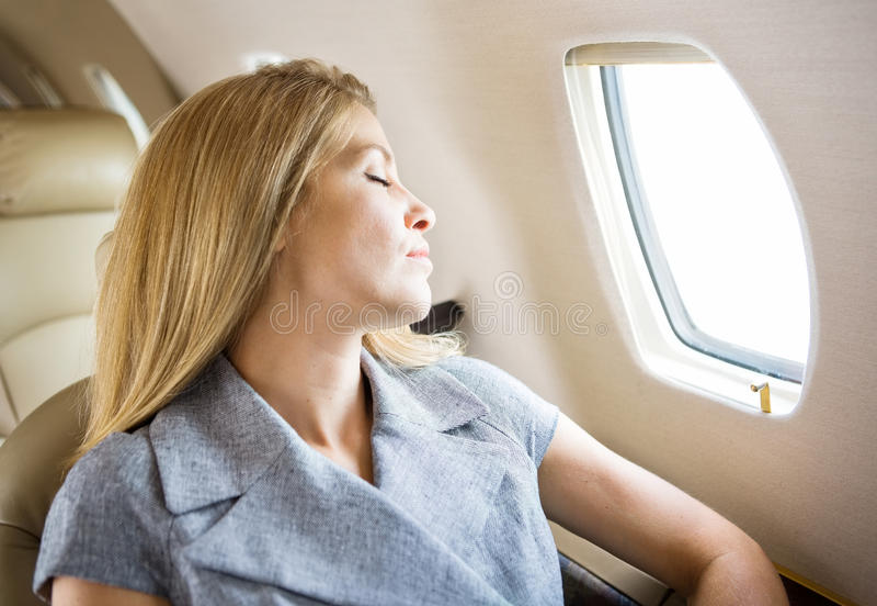 Jet de Sleeping In Private de femme d'affaires images stock