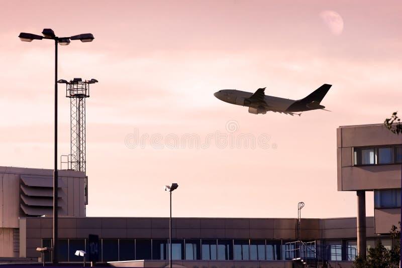 Jet del carico che toglie al crepuscolo. immagine stock