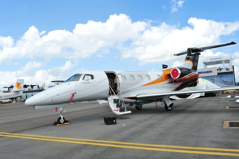 Jet del negocio del fenómeno 300 de Embraer en la exhibición en Singapur Airshow 2012 foto de archivo